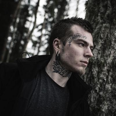 David fotograferad i skogen
