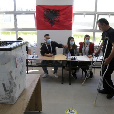 Mies äänestää Albanian parlamenttivaaleissa.