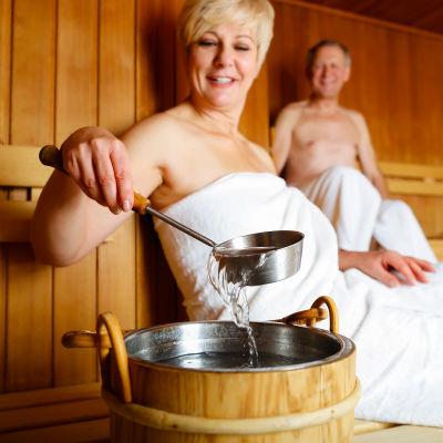 Man och kvinna badar bastu.