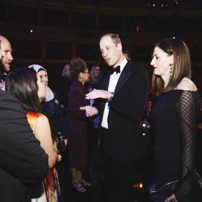 Prinssi William ja Amanda Berry vierekkäin puhumassa joukolle ihmisiä. Yhdellä naisista on muslimihuivi.