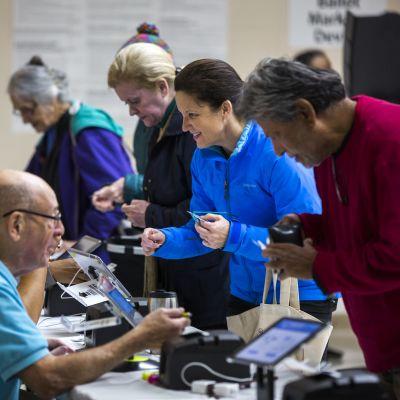 Ihmisiä äänestämässä.