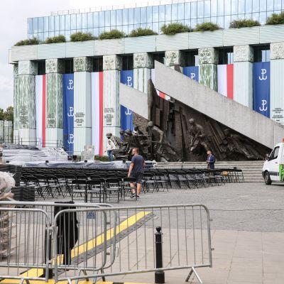 Förberedelser för Trumps tal på Krasinski-platsen i Polen.