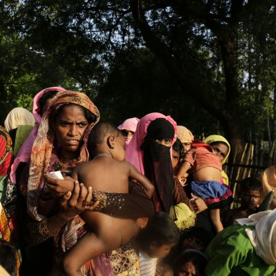Rohingyer köar för nödhjälp i Ukhiya, Bangladesh på lördagen 16.9.2017.