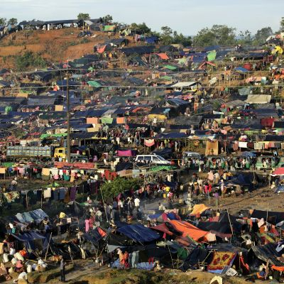 Det har snabbt uppstått enorma flyktingläger vid gränsen mellan Burma och Bangladesh