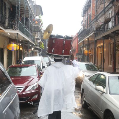 Sam Jackson räddar sin trumma undan regnet inför orkanen Nate i New Orleans, Louisiana.