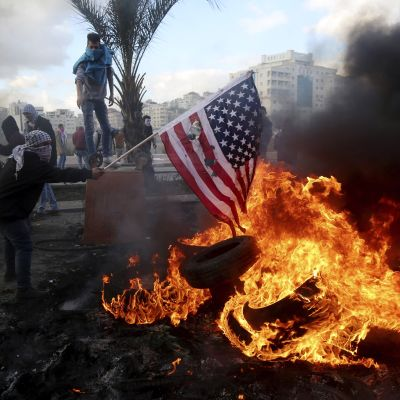 Demonstranter i Ramallah på Västbanken bränner USA:s flagga i protest mot Donald Trumps beslut att erkänna Jerusalem som Israels huvudstad