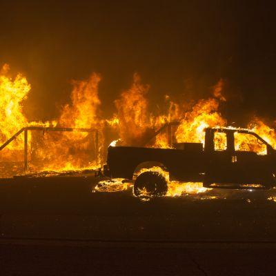 Brinnande bil i Butte i Kalifornien.