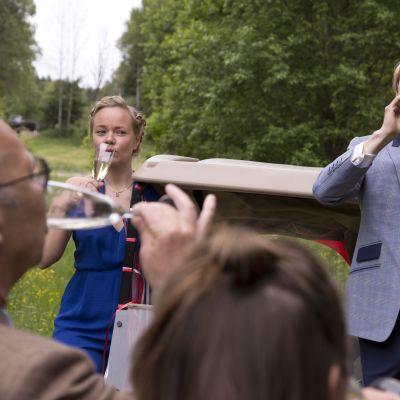 Joppe Dikert och Oskar Pöysti som skålar i champagne.