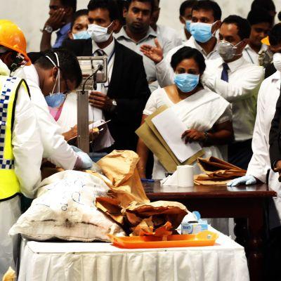 Sri Lankas pressdent Maithripala Sirisena följer med hur myndigheterna förbereder sig för att förstöra en last kokain 1.4.2019.