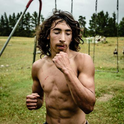 Nuori fintiaani harjoittelee nyrkkeilysäkin kanssa.