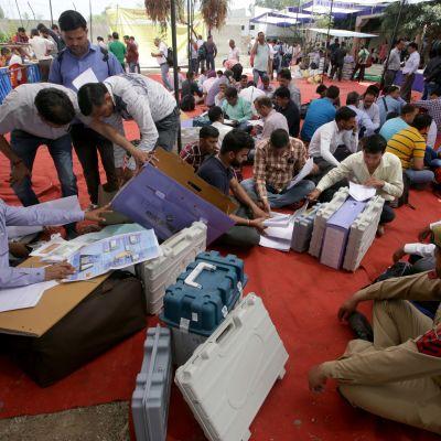 Omkring 900 miljoner indier har rätt att rösta i valet som överses av tio miljoner valfunktionärer