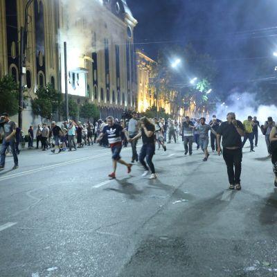 Upplopp utanför parlamentet i Tbilisi.