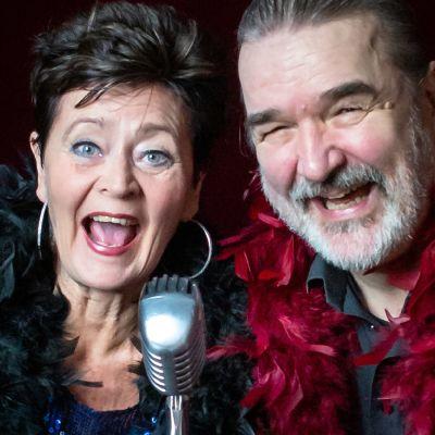 Skådespelaren Johanna Ringbom och musikern Iiro Salmi vid ett mikrofonstativ.