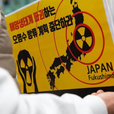 En skylt med varning för radioaktivitet i Japan.