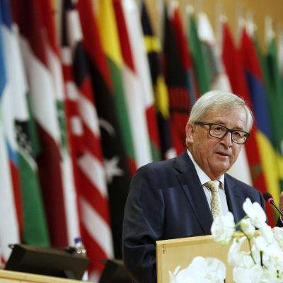 Ryssland måstye följa Minskavatlet innan de ekonomiska sanktionerna kan hävas konstaterade EU-kommissionens ordförande Jean-Claude Juncker i Sankt Petersburg