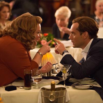 Melissa McCarthy och Jude Law pekar finger
