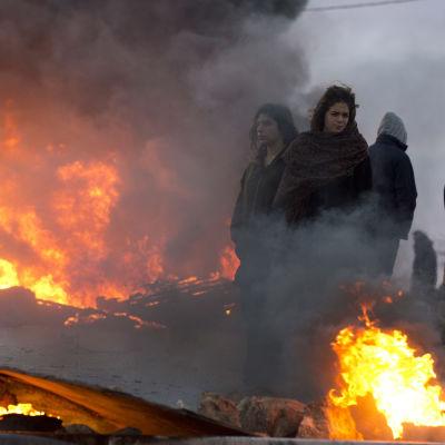 Israeliska bosättare bränner däck och blockerar vägar in i den olagliga bosättningen Amona som ska tvångsevakuerats.