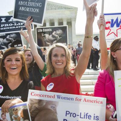 Pro-life supportrar i Washington firar beslutet att företagare inte måste erbjuda preventivmedel till anställda om det strider mot deras religiösa övertygelse.