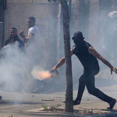 Kravaller utbröt efter begravningen av den mördade palestinska pojken.