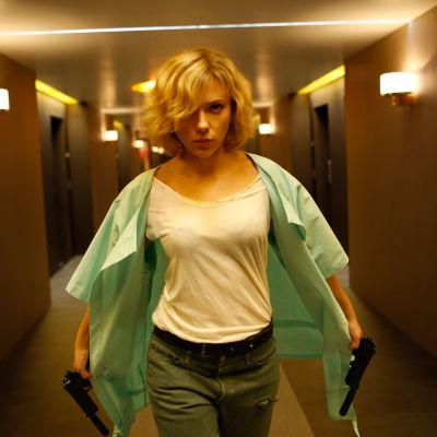 Scarlett Johansson spelar Lucy som får förmågan att använda hela sin hjärnkapacitet.