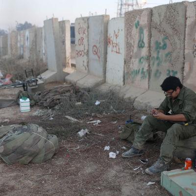 Israelisk soldat nära Gazaremsan.