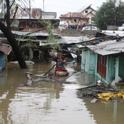 Stora delar av Srinagar, huvudstaden i den indiska delstaten Jammu och Kashmir, står under vatten.