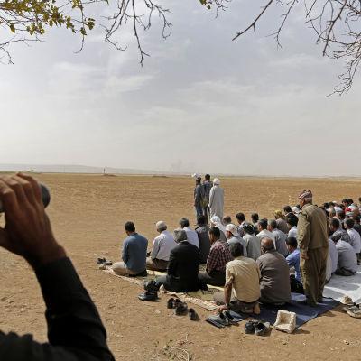 Bönestund i Turkiet vid syriska gränsen för de kurdiska krigarna i Kobani.