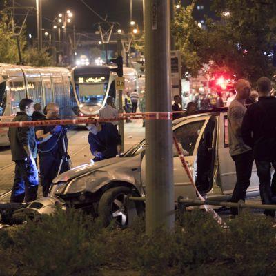 Folk har samlats kring en bil som plöjde in i en folkmassa i centrala Jerusalem.