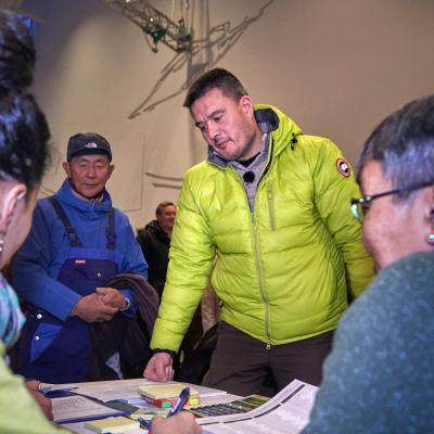 Grönlands tillförordnade statsminister Kim Kielsen röstar i dagens val.