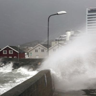 Stormen Ole drar in över Norge.