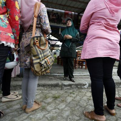 Shariapolis talar med unga flickor i Indonesien.
