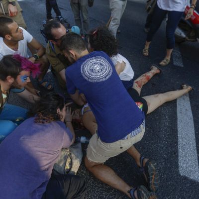 Deltagare i Gay Prideparaden i Jerusalem knivhuggna.