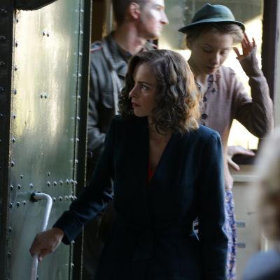 Nina Hoss stiger av tåget i rollen som Nelly.