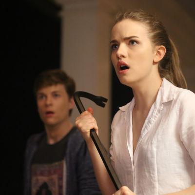 Noah och Emma i tv-serieversionen av Scream.