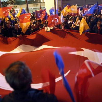 AKP-anhängare firar segern i söndagens parlamentsval.