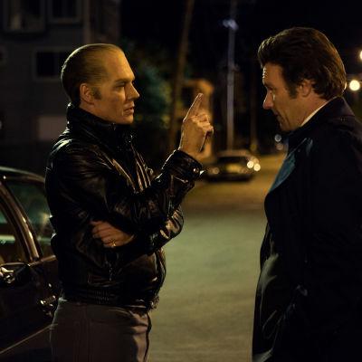 Johnny Depp och Joel Edgerton poserar i natten