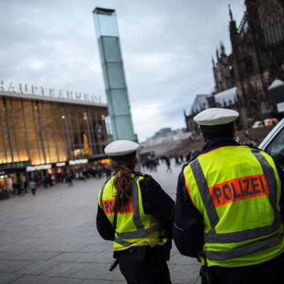 Tysk polis patrullerar vid Kölns järnvägsstation.