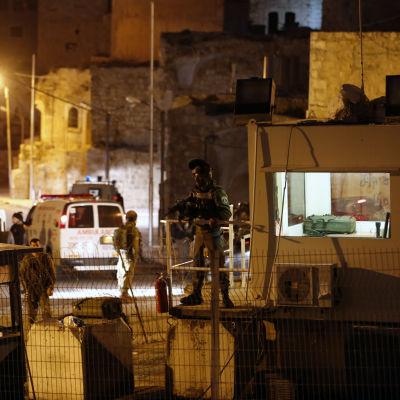 Israelisk militär bevakar platsen där en ung kvinna dödades i Hebron 14.2.2016.