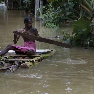 En räddningsarbetare letar efter nödställda i Malwana i Sri Lanka.