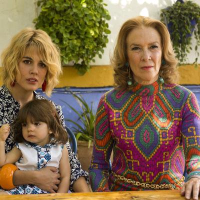 Adriana Ugarte poserar med ett barn i famnen och Susi Sánchez titar rakt in i kameran.
