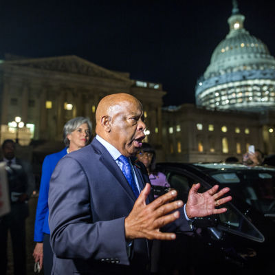 Kongressledamoten John Lewis, som tog initiativ till protesten, talar till anhängare utanför kongressen.
