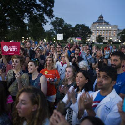Anhängare av demokraterna i USA visar sitt stöd för den sittprotest som kongressmedlemmar ut det demokratiska partiet ordnade för skärpta vapenlagar.