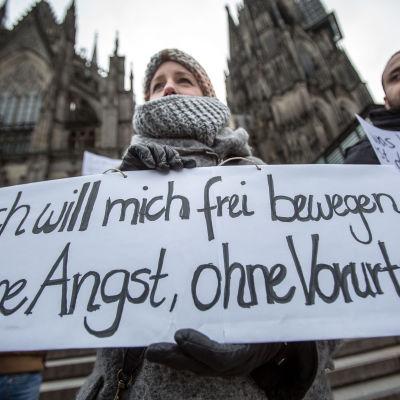 """En kvinna i Köln demonstrerar mot sexuellt våld och håller upp en skylt med texten""""Jag vill röra mig fritt, utan rädsla, utan fördomar"""""""