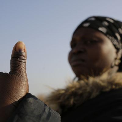 En kvinna ger tummen upp efter att ha röstat i Sydafrika.
