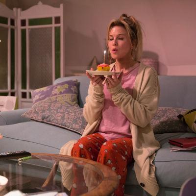 Bridget Jones firar sin 43:dje födelsedag ensam med ett enda ljus.