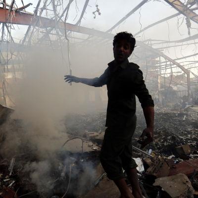 Efter en flygattack på ett begravningsfölje i Sanaa i Jemen.