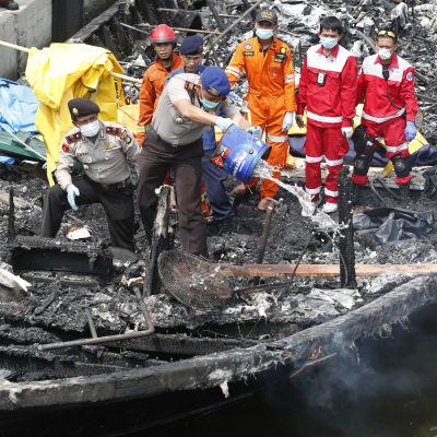 Släckningsarbete ombord på turistbåt i Jakarta 1.1.2017
