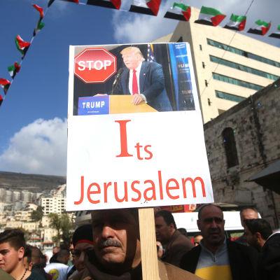 Stoppa Trump, det är Jerusalem, står det på ett plakat vid en demonstration som palestinska aktivister höll i staden Nablus på Västbankem i torsdags