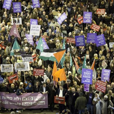 Den israeliska högerregeringens bosättningspolitik har väckt motstånd både bland judar och araber som demonstrerade tillsammans mot regeringen under veckoslutet