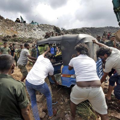Räddningsarbetare spanar efter överlevande efter jordskredet på fredag kväll